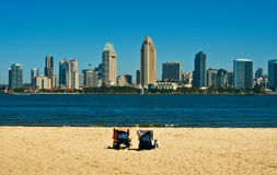 Skyline de San Diego com cadeiras de praia imagens de stock