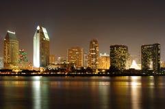 Skyline de San Diego na noite fotografia de stock royalty free