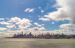 Skyline de San Francisco da balsa a Alcatraz imagens de stock royalty free