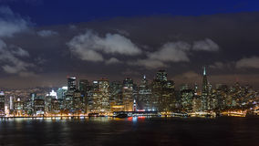 Skyline de San Francisco na noite foto de stock royalty free