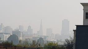 Skyline de San Francisco na poluição atmosférica Imagem de Stock Royalty Free