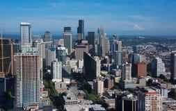 Skyline de Seattle com a montagem mais chuvosa foto de stock royalty free