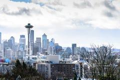Skyline de Seattle com a torre da agulha do espaço no dia nebuloso Imagem de Stock