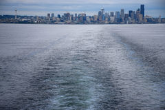 Skyline de Seattle da balsa da ilha de Bainbridge Fotos de Stock Royalty Free
