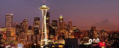 Skyline de Seattle e panorama mais chuvoso da montagem Fotos de Stock Royalty Free