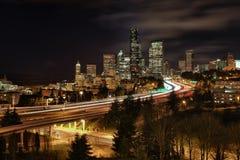 Skyline de Seattle e de um estado a outro durante o tráfego das horas de ponta imagem de stock