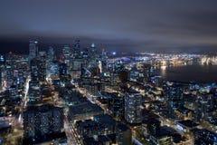 Skyline de Seattle na noite do ar Fotos de Stock Royalty Free