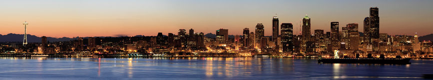 Skyline de Seattle no alvorecer ao longo do som de Puget Imagem de Stock