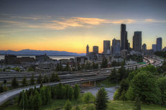 Skyline de Seattle no por do sol Fotografia de Stock Royalty Free