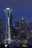 Skyline de Seattle no vertical azul da hora Fotos de Stock Royalty Free