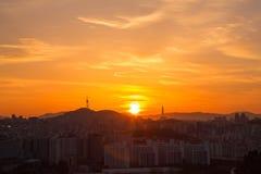 Skyline de Seoul e torre de N Seoul Fotos de Stock Royalty Free