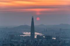 Skyline de Seoul, a melhor vista de Coreia do Sul de Coreia do Sul com a alameda do mundo de Lotte na fortaleza de Namhansanseong fotos de stock royalty free