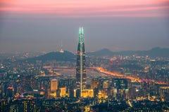 Skyline de Seoul, a melhor vista de Coreia do Sul de Coreia do Sul com a alameda do mundo de Lotte na fortaleza de Namhansanseong fotografia de stock royalty free