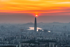 Skyline de Seoul, a melhor vista de Coreia do Sul de Coreia do Sul com a alameda do mundo de Lotte na fortaleza de Namhansanseong imagem de stock