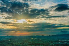 Skyline de Seoul, a melhor vista de Coreia do Sul de Coreia do Sul com a alameda do mundo de Lotte na fortaleza de Namhansanseong fotos de stock