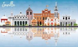 Skyline de Sevilha com construções da cor, o céu azul e a reflexão ilustração stock