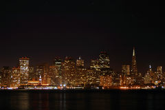 Skyline de SF na noite fotografia de stock royalty free