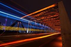 Skyline de Shanghai através da ponte do jardim Foto de Stock Royalty Free