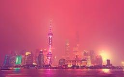 Skyline de Shanghai na noite foto de stock