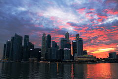 Skyline de singapore da noite Imagens de Stock Royalty Free