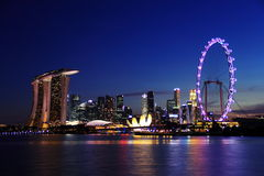 Skyline de singapore da noite em areias da baía do porto Imagem de Stock Royalty Free