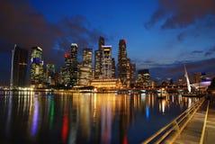Skyline de Singapore na noite Fotografia de Stock Royalty Free