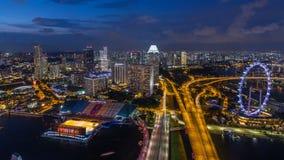 A skyline de Singapura com as balsas famosas de Singapura roda o dia ao timelapse da noite no crepúsculo video estoque