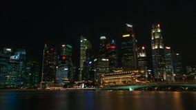 A skyline de Singapura na noite imagem de stock royalty free