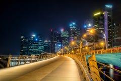 Skyline de Singapura na noite de Marina Bay Foto de Stock