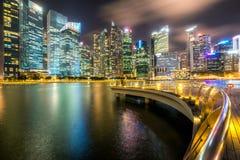 Skyline de Singapura na noite de Marina Bay Fotografia de Stock Royalty Free