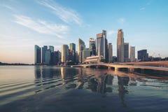 Skyline de Singapura no nascer do sol em Marina Bay fotos de stock