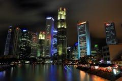 Skyline de Singapura pelo cais do barco Fotos de Stock Royalty Free