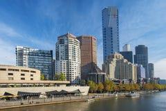Skyline de Southbank e rio de Yarra, Melbourne, Austrália Fotos de Stock Royalty Free