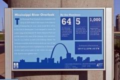 Skyline de St Louis & sinal da vigia do rio Mississípi Imagens de Stock Royalty Free