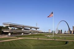 Skyline de St Louis & vigia do rio Mississípi Imagem de Stock Royalty Free