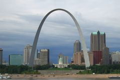 Skyline de St Louis - arco do Gateway foto de stock royalty free