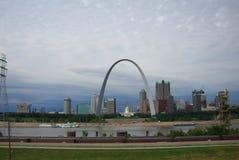 Skyline de St Louis - arco do Gateway fotografia de stock royalty free