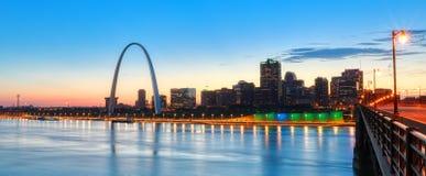 Skyline de St Louis, Missouri e arco da entrada foto de stock royalty free
