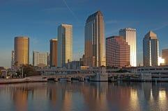 Skyline de Tampa dos hotéis e dos escritórios fotografia de stock
