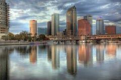 Skyline de Tampa, Florida na noite atrasada imagens de stock royalty free