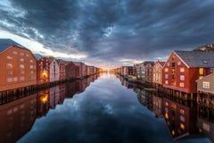 Skyline de Trondheim pelo rio dos nidaros (nidelva) e pelo bakklandet Imagens de Stock