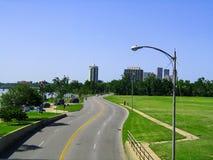 Skyline de Tulsa Oklahoma da opinião histórica pedestre de ponte em 2008 - que do que é acumulado agora fotos de stock