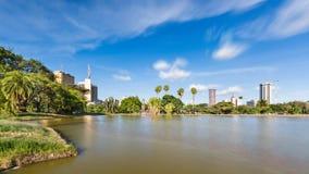 Skyline de Uhuru Park e de Nairobi, Kenya Imagem de Stock