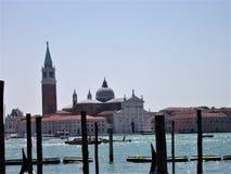 Skyline de Veneza com barcos da gôndola e parte da lagoa fotografia de stock royalty free
