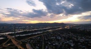 Skyline de Viena e o Danube River na capital de Austrias Imagens de Stock Royalty Free