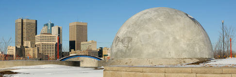 Skyline de Winnipeg e parte traseira da estrutura skateboarding. Fotos de Stock