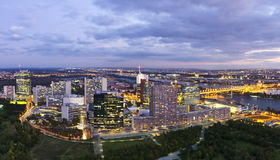 Skyline der Donau Stadt Wien an der Dämmerung Stockbilder