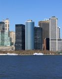 Skyline der Gebäude in New York gegen blauen Himmel. stockfotografie
