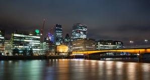 Skyline der Stadt von London an der Dämmerung Stockbild
