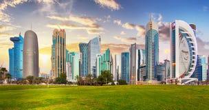 Skyline der Westbucht und des Doha-Stadtzentrums während des Sonnenaufgangs, Katar stockbild
